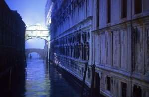 01590 bridge of sighs and gondola
